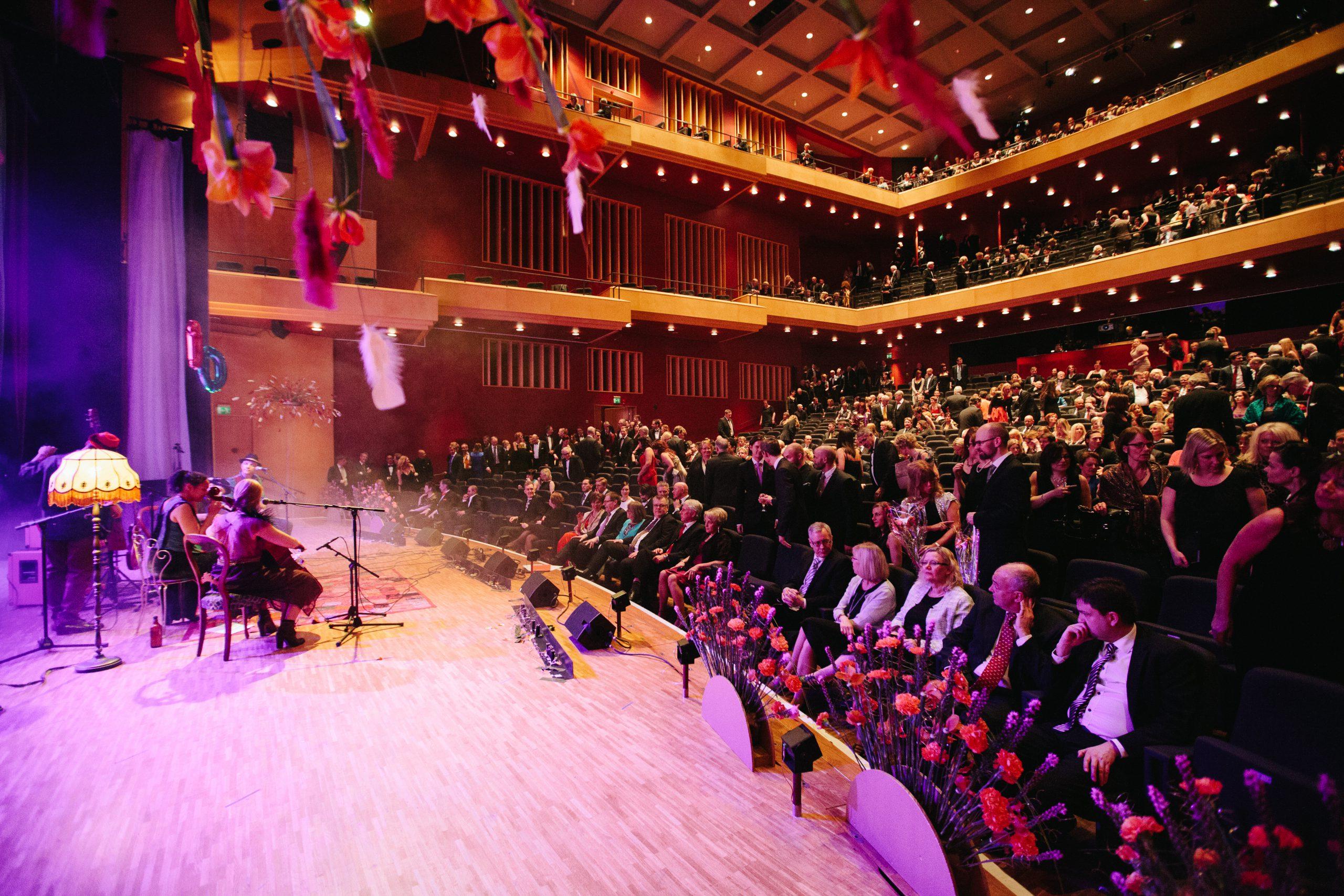 En orkester spelar på Stora scen i Västerås Konserthus. Fotograf: Henrik Mill