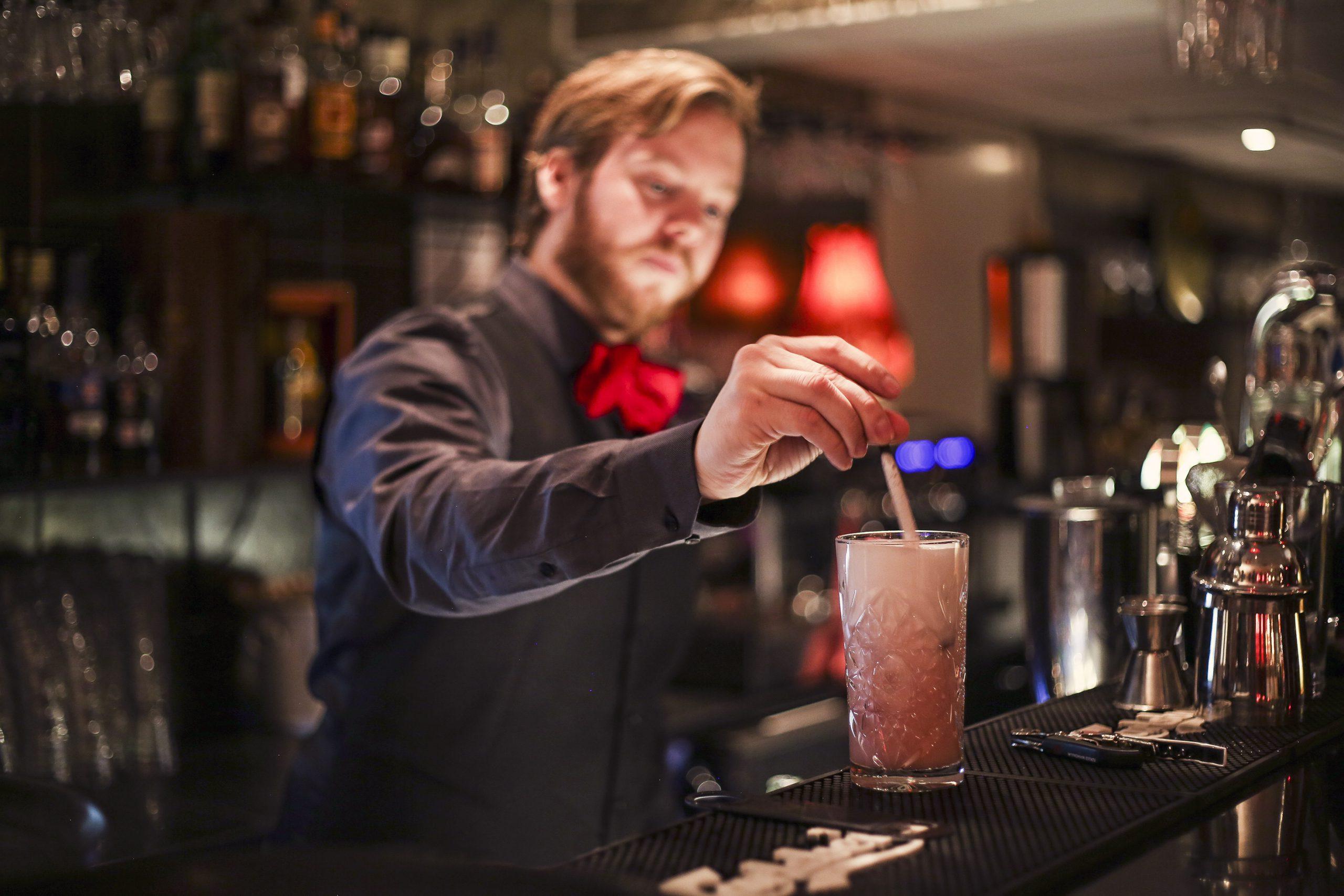 Bartender blandar en dring i baren på Agrill i Västerås. Foto: Pressbild/ Mikael Nystrand