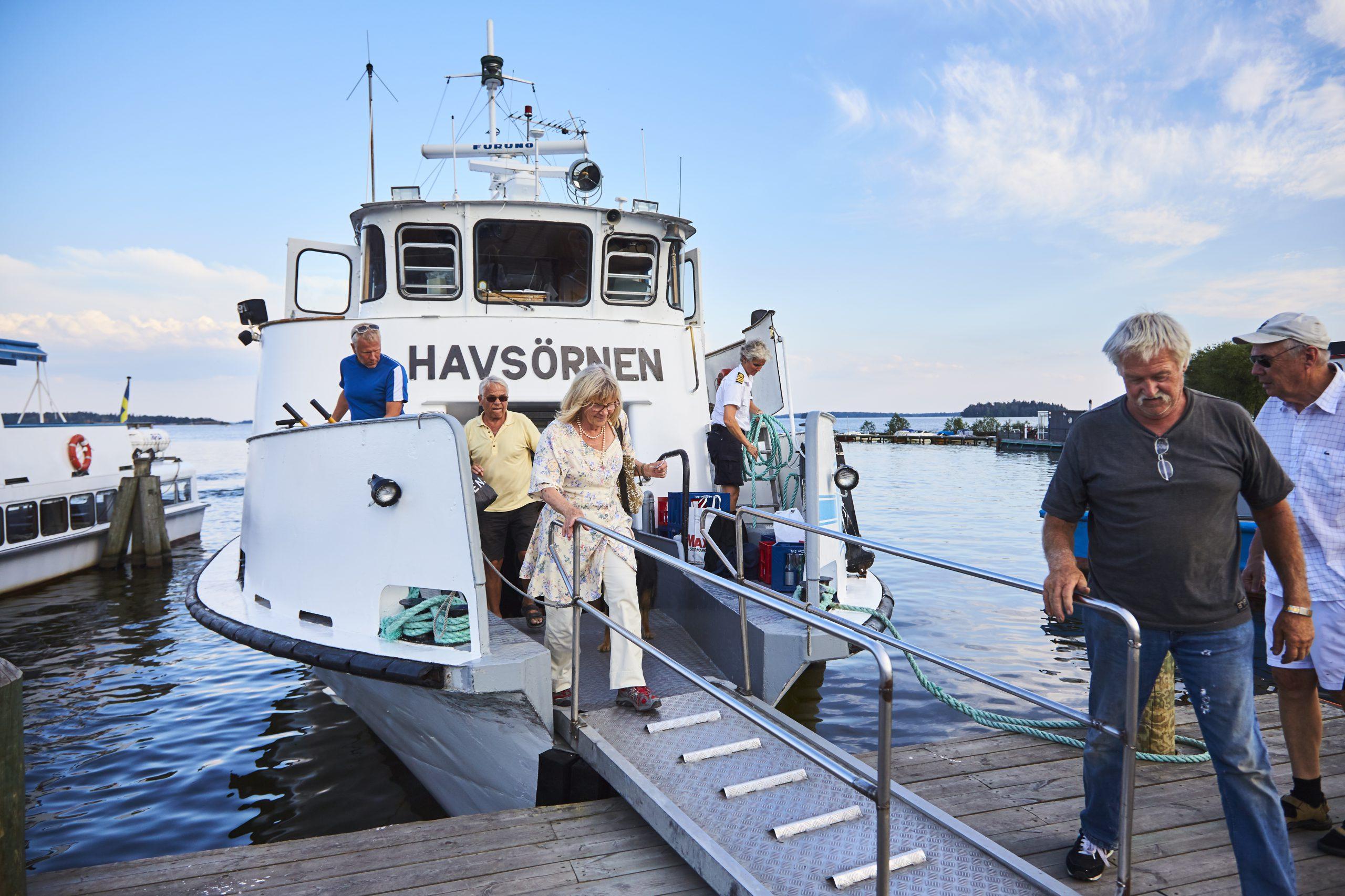 Människor kliver av en turbåt vid hamnen i Västerås. Foto: BIldN