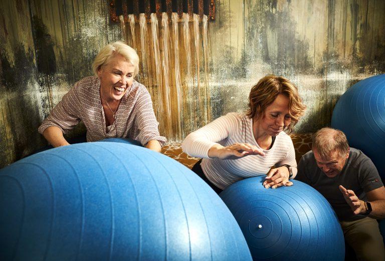 Människor utövar gruppaktivitet med jättestora bolla på Prison Island i Västerås. Foto: Pressbild
