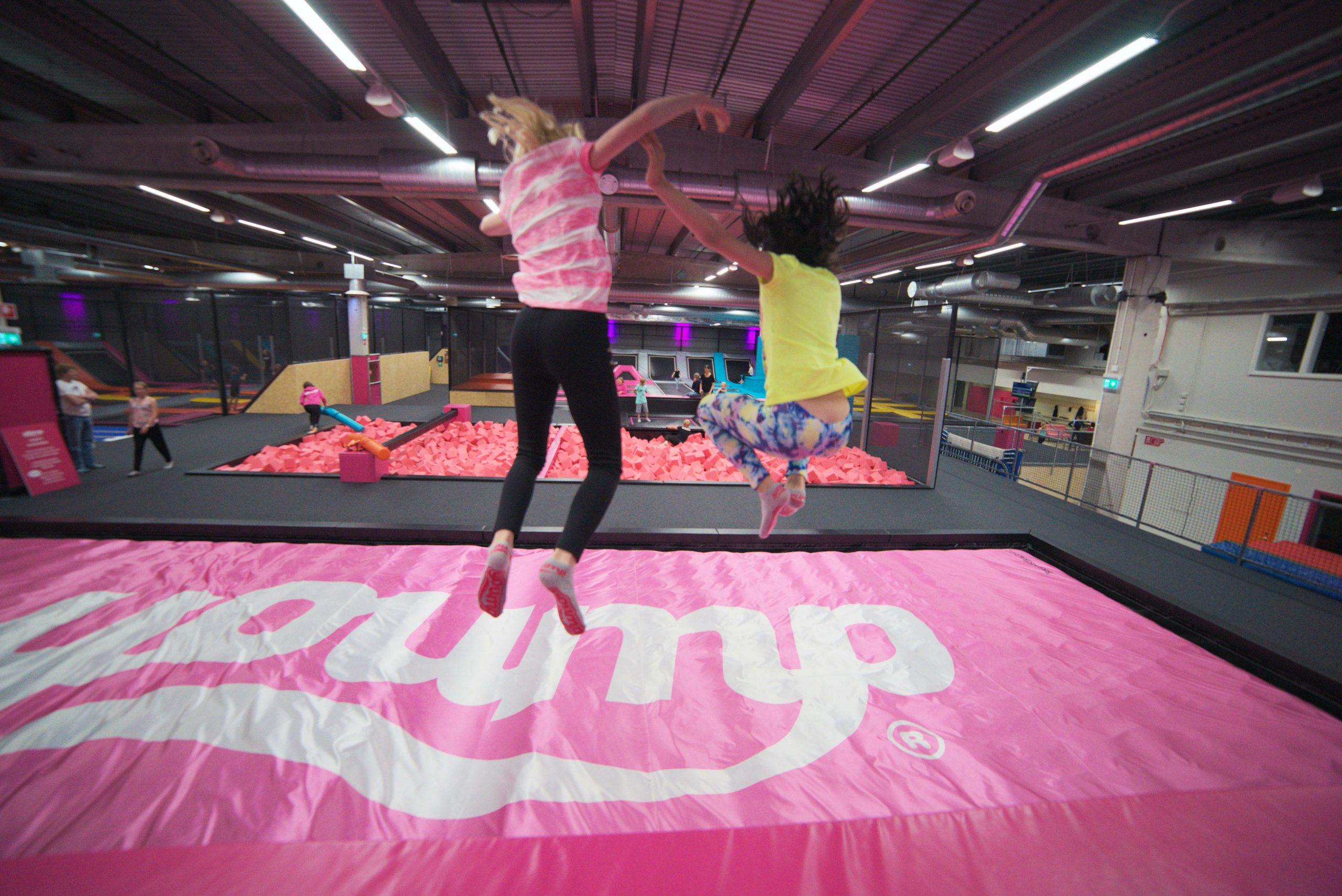 Barn hoppar på yoump. Fotograf: Jesper Adamsson