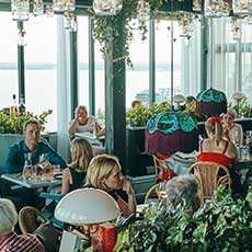 Restauranggäster njuter av mat på Locavore med vy över mälaren. Foto: Pressbild