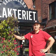 Ägaren till Happy Noodle+ utanför Saluhallen Slakteriet. Foto: Pressbild/ Karin Larsson.