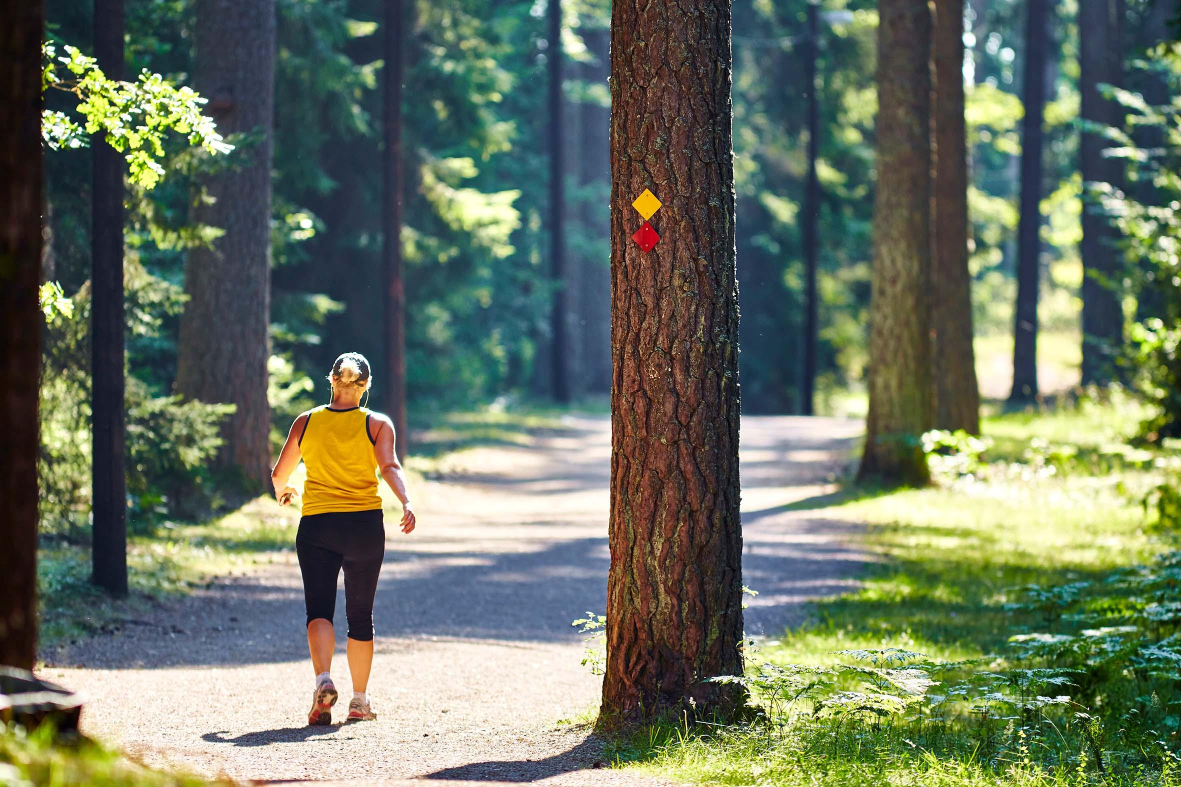Kvinna joggar i spåret på Björnö i Västerås. Fotograf: Pia Nordlander
