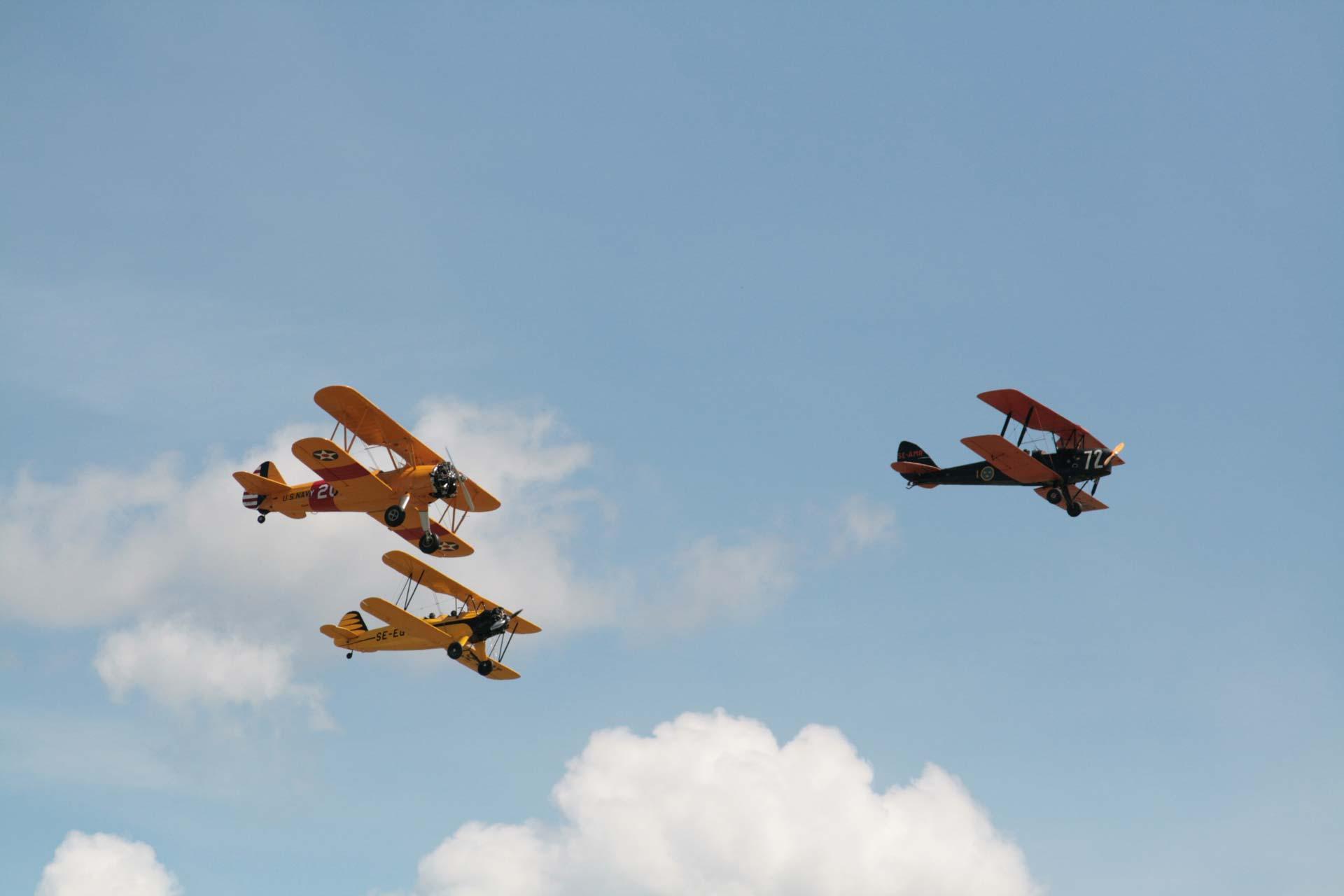 Tre flygplan flyger på uppvisning över Västerås Flygplats
