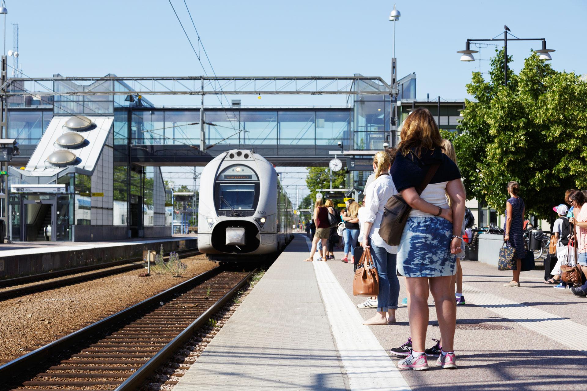 Ett SJ tåg och resenärer står på perrongen på Västerås Centralstation. Fotograf: Mostphotos
