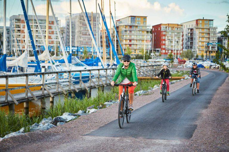 Cyklister cyklar på cykelväg förbi båtar på Öster Mälarstrand. Fotograf: BildN