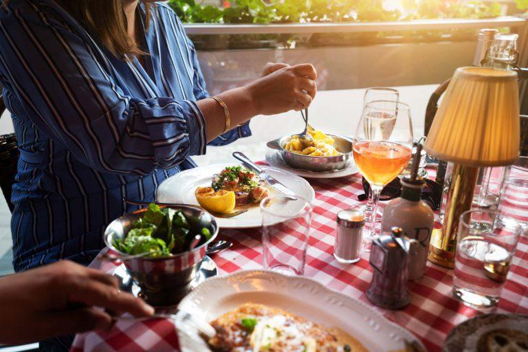 Personer som äter mat på restaurang Di Spagna i Västerås Pressbild