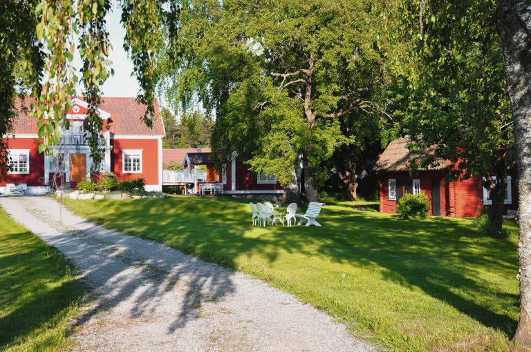 Röda timmerstugor i pittoresk miljö hos Hem till gården i Västerås AB Pressbild