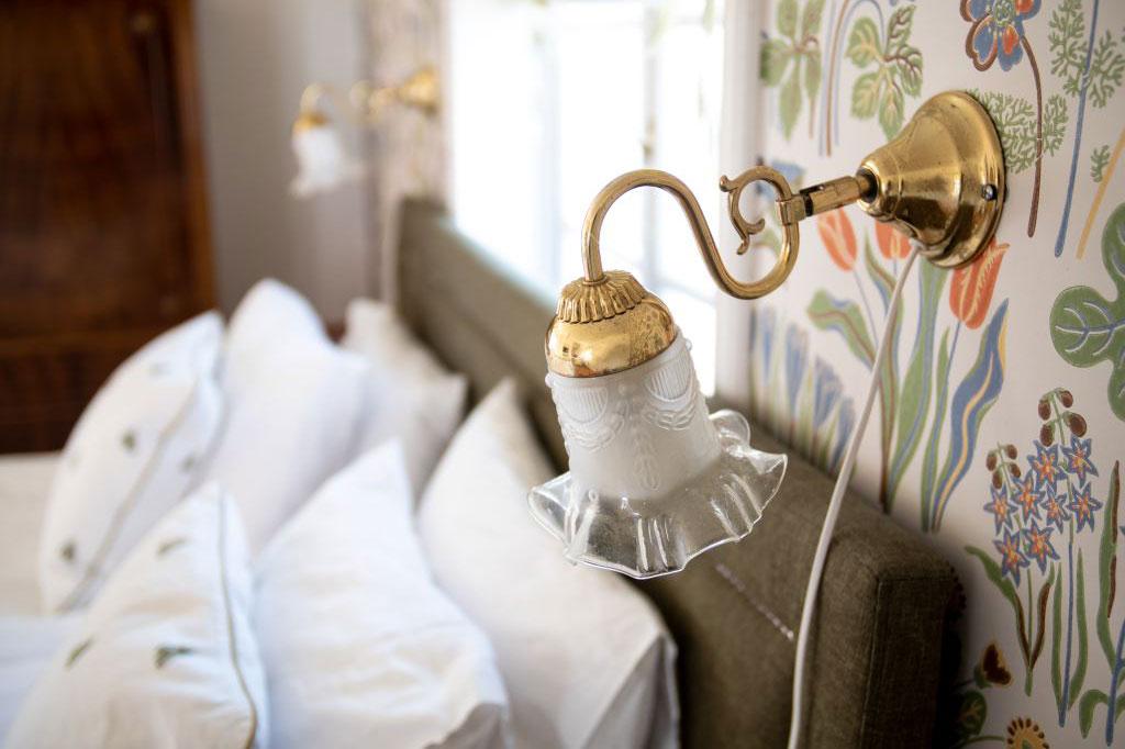 Detaljbild från sovrum i lantlig stil. Fotograf: Pressbild, Hem till Gården
