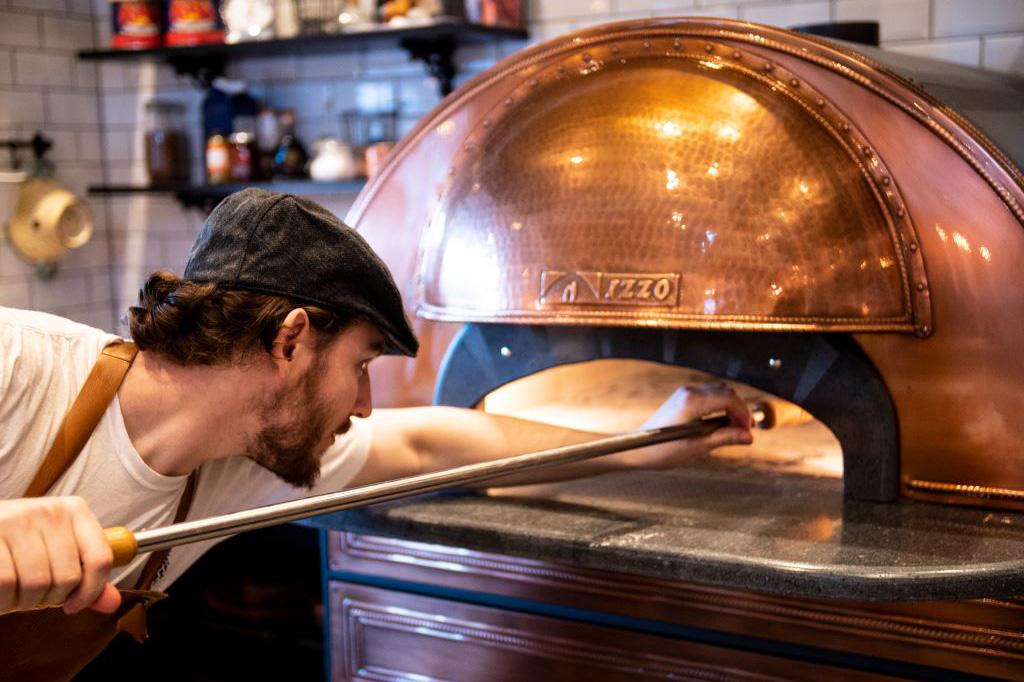 Pizzabagare på Bistron bakar pizza i en ugn från Neapel. Fotograf: Pressbild, Hem till Gården