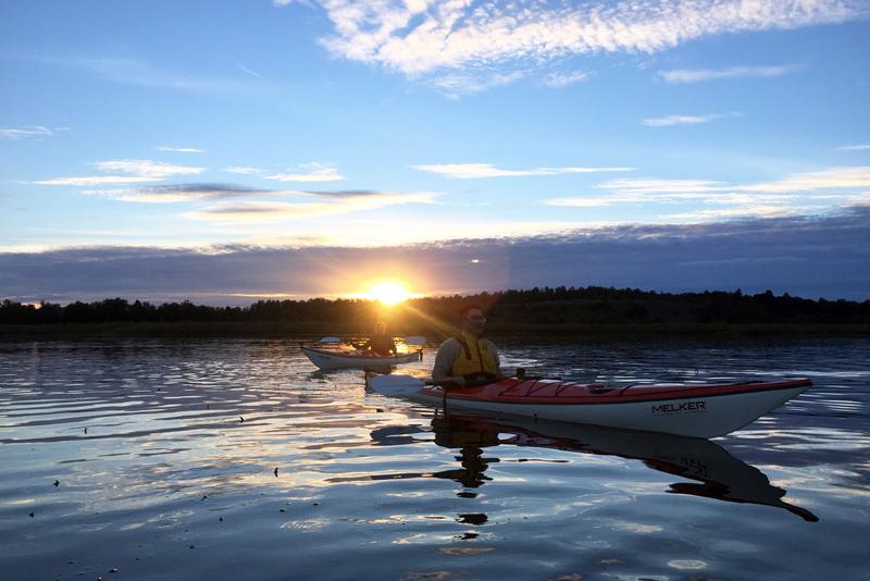 En kajaktur på Mälaren i solnedgång. Fotograf: Pressbild Aktivt uteliv