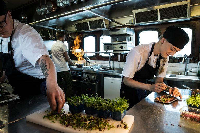 TIllagning i köket på Pråmen i Västerås. Foto: Pressbild