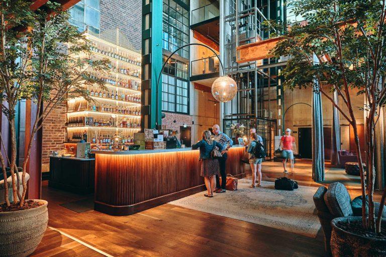 Receptionen i Steam Hotel en unik miljö färgad av det gamla ångkraftverket. Fotograf: Pressbild