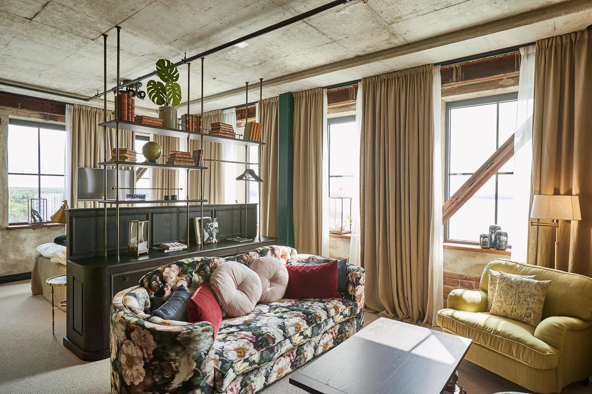 Ett ljust och vackert hotellrum på Steam Hotel med utsikt över Mälaren. Fotograf: Pressbild