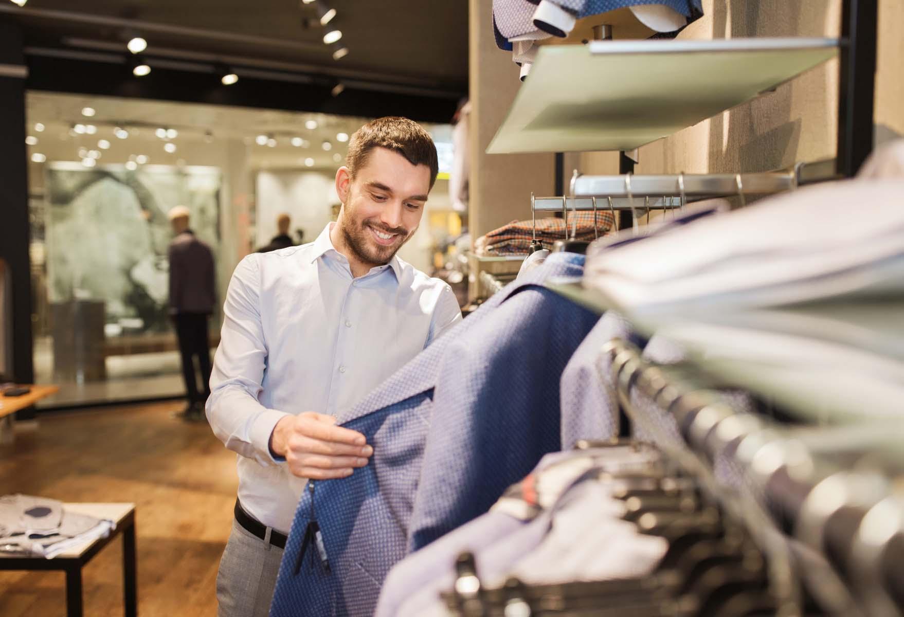 Man shoppar i en klädbutik. Foto: Mostphotos