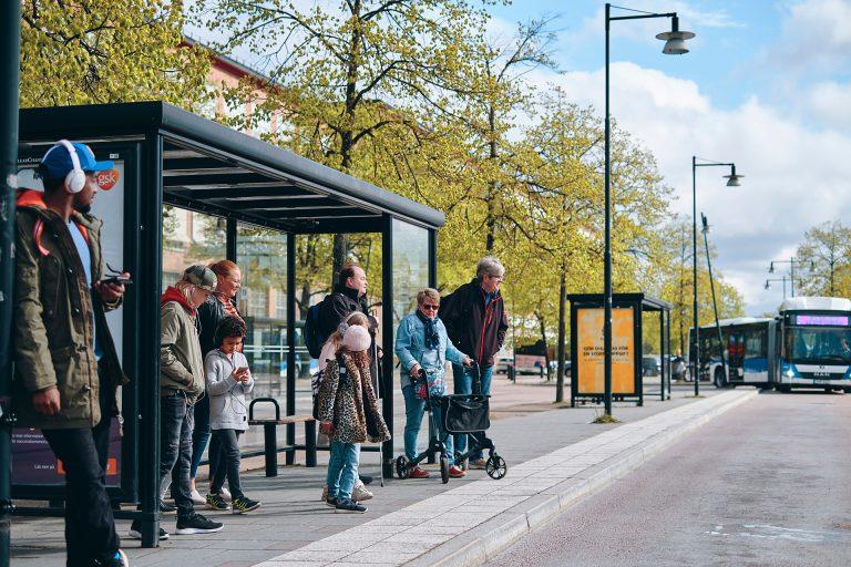 Bussresenärer väntar på VL bussen på Västerås Busscentral. Fotograf: Pressbild VL Adam af Ekenstam