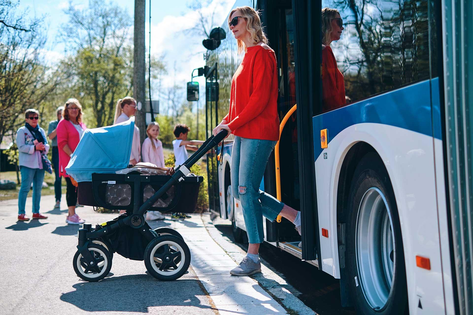 Bussresenär med barnvagn kliver av VL buss. Fotograf: Pressbild Adam af Ekenstam