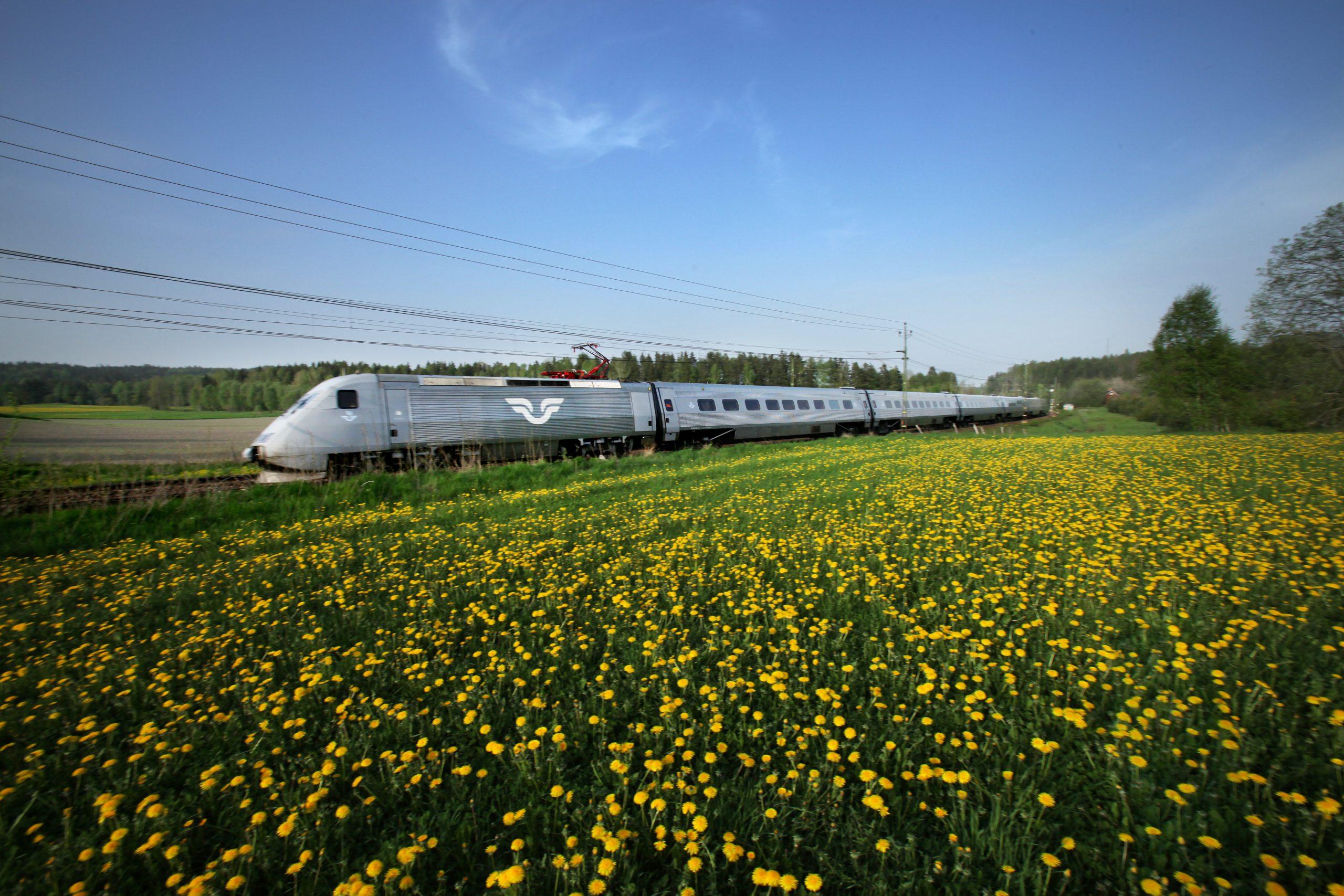 X 2000 i färd över sommarlandskap. Fotograf: Pressbild