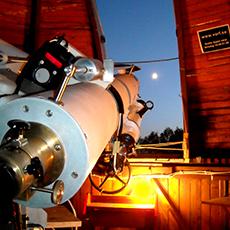 Bilden visar ett stort teleskop på Åkesta Observatorium som är riktat upp mot himlen. Fotograf: Per Sanderfjord.