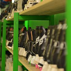 Hyllor med skridskor och hjälmar som man kan låna hos Fritidsbanken. Fotograf: Pressbild/ Henric Byström.