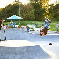 Barn som åter skateboard och kickbike. Fotograf : Pia Nordlander