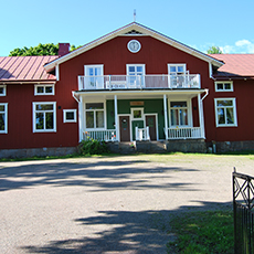 Bild på fasaden, stort rött hus