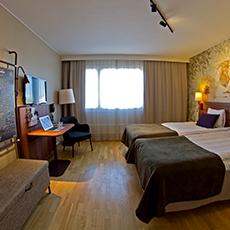 Bild på ett hotellrum med 2 sängar