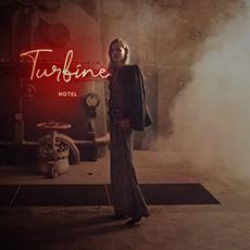 Bilden visa en kvinna med texten turbine i bakgrunden och lite rök
