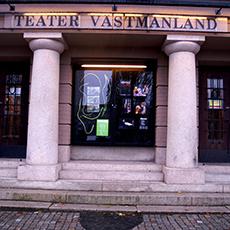 Bild beskriver ingången till teater västmanland. Fotograf: Medlinn Gosch