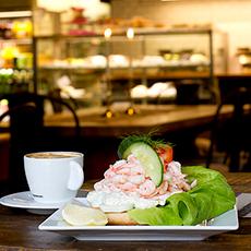 Bilden visar den populära räksmörgåsen och en kopp kaffe på Å-caféet på Skultuna Messingsbruk.