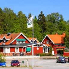 Bilden visar klubbhuset på Ängsö Golfklubb.