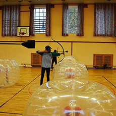 Ett gäng spelar Archertag hos Combat Archery Sverige. Foto: Pressbild