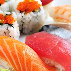 Sushibitar med ris och lax samt tonfisk från Asian Sushi Bar. Foto: Pressbild