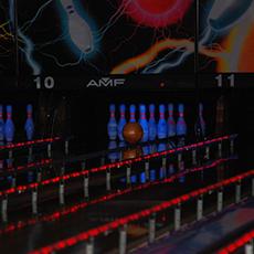 Bilden visar en bowlingbana med käglor och bowlingklot på Bellevue.