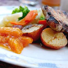 En tallrik med potatis, kött och sallad från Bistro Gränden. Foto: Pressbild