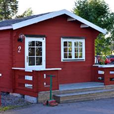 Bilden visar en röd stuga på Skerike Golfklubb.