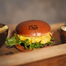 Hamburgare med bröd samt en skål med pommes frites på Bra Hak. Foto: Pressbild