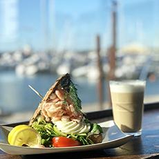 En räksmörgås och en kaffe latte på Bryggans bistro och bar. Foto: Pressbild