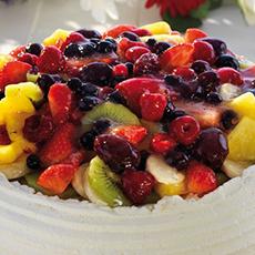 Bilden visar en tårta med frukter och bär uppepå från Brynolf Bagare.