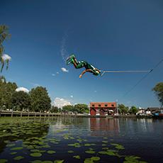 En man som är i luften och åker i cableparken. Fotograf: Peter Vahlfridsson