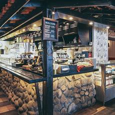 Bilden visar desken inne på Café Gränden. Fotograf: Jarkko Rontinen.