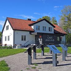 Bilden visar huset som Café Anund ligger i. Fotograf: Henrik Wester.