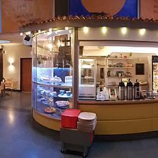 Bilden visar serveringsdesken inne på Café Växhuset.