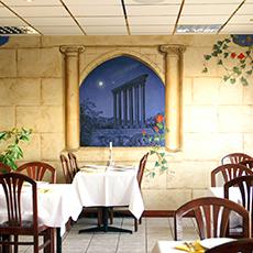 Bord och stolar samt en väggmålning inne på Ceders restaurang. Fotograf: Jennifer Gosch.