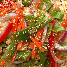 Närbild på en maträtt med nudlar, paprika och sesamfrön hos Choys Garden. Foto: Pressbild