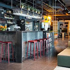 Bilden visar barceptionen, vilket är en kombination av reception och bar, inne på Comfort Hotel.