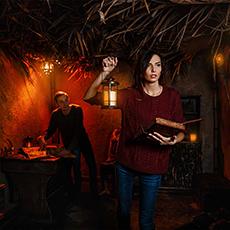 Bilden visar två personer som löser en uppgift i ett av rummen på Escape Room.