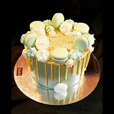 Bilden visar en tårta dekorerad med macarons. Fotograf: Fereshteh.