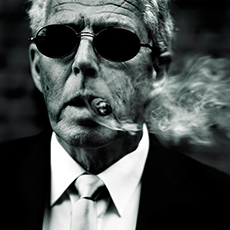 Frank Bistros kännetecknande svartvita bild av en man som röker cigarr. Fotograf: Pressbild/ Andreas Lundberg.